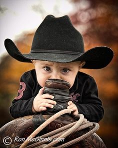 Country Kids - little cowboy in black hat with saddle Cowboy Baby, Little Cowboy, Cowboy And Cowgirl, Camo Baby, Rodeo, Cute Kids, Cute Babies, Westerns, Kind Photo