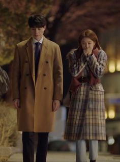 Let's take a look at Yoo In-na's coat and crossbody bag as seen on her in episode 6 of Korean drama 'Touch Your Heart'. Yoo In Na Fashion, Yoon Seo, Han Hyo Joo, Kim Go Eun, Lee Dong Wook, I Am A Queen, Boys Over Flowers, Touching You, Korean Dramas