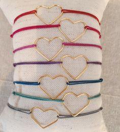 """La pulsera """"París"""" es una joyita compuesta por un motivo de corazón de 1,8 cm aprox. montado en hilo de macramé de distintos colores a elegir.  Es una pulsera que se ajusta a cualquier muñeca ya que se cierra con nudos correderos.  Es una pieza diseñada por moncollierbcn para la fecha tan especial de San Valentín. Un regalo perfecto. Handmade. Hecho a mano. Diy Jewelry, Valentines Day, Bracelets, Handmade, Design, Crafts, Diy, Craft, Amor"""