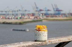Overnight Oats mit Hafenblick: In so einem Container da hinten ist wahrscheinlich die Mango eingereist...