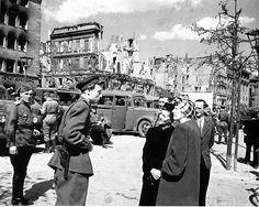 1945, Allemagne, Berlin, des soldats Russes parlent avec des civils