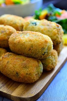 These Spanish spinach croquettes are a typical tapa in bars all around Spain. Theyre simple to make packed with flavour and make a great vegan party finger food or appetizer! Vegan Finger Foods, Vegan Snacks, Indian Food Recipes, Vegetarian Recipes, Cooking Recipes, Filipino Recipes, Krups Prep Cook, Mets, Vegetable Dishes
