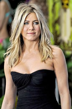 jennifer aniston - the sexiest kindest woman alive ! Jennifer Aniston Style, Jennifer Aniston Pictures, Jennifer Aniston Haircut, Jennifer Aniston Hair Color, Beauté Blonde, Blonde Highlights, White Blonde, Jeniffer Aniston, Corte Y Color
