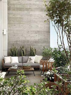 Deze houten loungebank zit er uitnodigend uit, zeker in combinatie met de lichte en uitnodigende kussens en de enorme hoeveelheid planten! Shop the look!