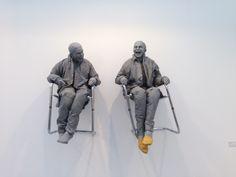 Juan Muñoz 2 seated on the wall with big chairs, 2000 Resina de poliester Cada figura 80 x 90 x 45 cm
