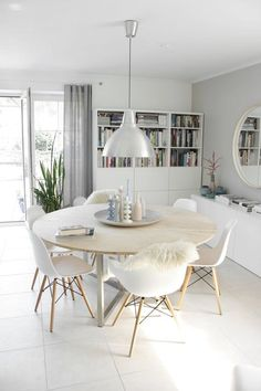 Retro Dining Rooms: Take a look at this dazzling dining room lighting with an amazing dining room decor Retro Dining Rooms, Dining Room Design, Ikea Dining Room, Ikea Table, Minimalist Dining Room, Interior Decorating, Interior Design, Room Interior, Decorating Ideas