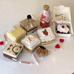 cute, food ve nature We Heart It 'de resim Dessert Packaging, Food Packaging Design, Pretty Cakes, Cute Cakes, Sweet Cakes, Cute Desserts, Dessert Recipes, Korean Cafe, Korean Food
