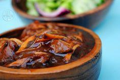 Dit is weer een lekker gerecht gemaakt in de slow cooker maar je kunt dit ook heel goed bereiden in een stoofpan. Honing met kip en sojasaus is gewoon een lekkere combinatie en heerlijk met zilvervliesrijst en een frisse komkommersalade. Wat heb je nodig voor 4 personen? 500 gram kip (of kalkoen) in reepjes gesneden 2 rode uien in halve ringen 3 teentjes knoflook geraspt halve theelepel gedroogde chiliflakes 150 ml bio groentebouillon 125 ml honing 50 ml Japanse sojasaus (geen ketjap) 1…