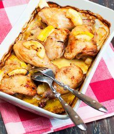 Poulet au citron, oignons rouges, sauge et thym frais.
