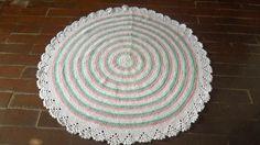 tapete confeccionado em croche <br>material utilizado barbante <br>produto lavável <br>cores: branco// rosa claro//verde claro