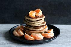 Placuszki owsiane z jabłkiem to kolejna szybka propozycja na wegańskie śniadanie. Wszystkie składniki zmiksujcie w blenderze i gotowe.