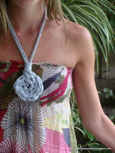 Colgante hecho de crochet con trapillo