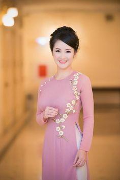 Cúc ngọc trai, hoa thêu tay - Hồng Nhung Vietnamese Clothing, Vietnamese Dress, Kurta Designs, Churidhar Designs, Vietnamese Traditional Dress, Traditional Dresses, Ao Dai, Oriental Fashion, Asian Fashion