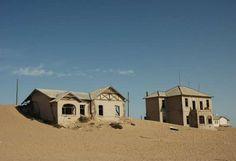 Si tienes tiempo entre todos los tesoros que hay que visitar en Namibia, acércate a Kolmanskop, una ... - Copyright © 2016 Hearst Magazines, S.L.