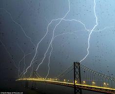 一生に一度見れるか見れないか...雷が8本同時に落ちるベイブリッジのレア写真 : ギズモード・ジャパン