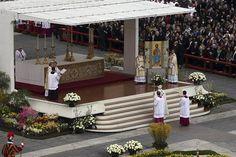 Francisco presidió su primera misa de Pascua; tras la ceremonia, saludó a los fieles en la Plaza San Pedro. Foto:AP