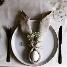 In love with this simple easter table idea from @myscandinavianhome 🐰❤️ #easter #eastertable #easterdecor #rabbit #entertain #tabletop #bunny #napkin #diy #style #decor #dinnerparty #thestylephiles
