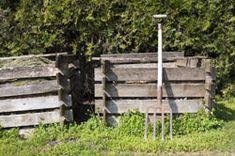 Ein eigener Komposthaufen im Garten ist von unschätzbarem Wert. Wer die Möglichkeit dazu hat, muss beim richtigen Kompostieren ein paar Punkte beachten.  Kompost zur Bodenpflege nutzen Wer seinen Boden optimal pflegen möchte, der sollte diesen mit Kompost versorgen. Der Kompost verbessert dabei nicht nur die Qualität des Bodens. Er trägt auch zur Verminderung des Abfallproblem sowohl im Gar ...