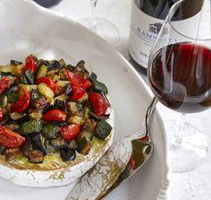 Varm osttårta på Kronstams vis   World of Wine Pasta Salad, Camembert Cheese, Wine, Ethnic Recipes, Food, Crab Pasta Salad, Essen, Meals, Yemek