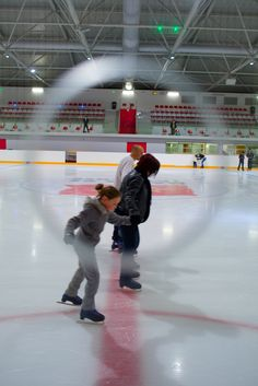 On chausse les patins ! © Ville de Toulouse - P. Nin #visiteztoulouse #toulouse #Iceskating