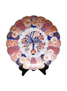 A Japanese Imari scalloped edge porcelain shallow bowl