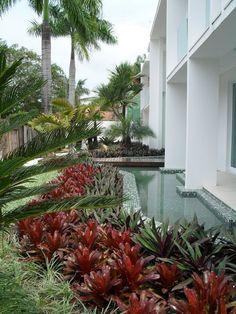Não há nada mais aconchegante e inspirador do que um lindo jardim em casa... área verde é área permeável, e é um convite ao lazer!   Para a...