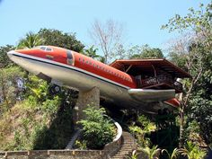 The Hotel Costa Verde - one of the most unusual hotels located in Costa Rica. The architect put an old Boeing 727 on a pedestal and combined it with the tropical jungle pedestal. The building itself and its luxurious interiors with hand-carved wooden furn Costa Rica, Airplane House, 747 Airplane, Airplane Room, Unusual Hotels, Boeing 727, Boeing Aircraft, Casas Containers, Unusual Buildings