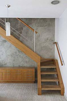 A escada, que hoje tem degraus e vigas laterais revestidas de madeira (amênd...