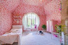 1900-luvun alussa Kuljuun valmistunut hirsitalo kätkee sisäänsä kodin, joka on sisustettu vanhaa kunnioittaen ja persoonallisesti väreillä leikkien...
