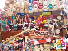 MICHOACÁN MÁGICO. Este maravilloso estado está dotado de numerosos de recursos naturales y de variada riqueza forestal con sus bosques de oyameles, mismos que se les permite cortar a los habitantes de Quiroga y Cuanajo quienes conservan viva la tradicional juguetería popular y siguen fabricando baleros, yoyos y trompos. En su próxima visita a Michoacán, no deje de visitar estos hermosos pueblos artesanales. http://www.villamontana.com.mx/