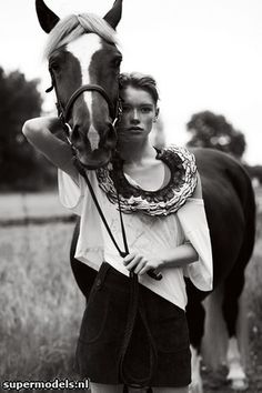 Google Image Result for http://cdnimg.visualizeus.com/thumbs/15/57/horse,fashion,girl,p,black,and,white,photography-15570cd08b45e5833b614a3e091d908a_h.jpg