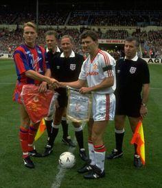 Dos grandes capitanes, Geoff Thomas (Crystal Palace F.C.) y Bryan Robson ( Manchester United F.C.) FA Cup Final 1990.