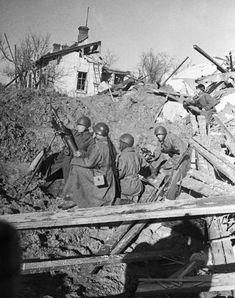 Расчет советского 82-мм миномета ведет огонь в Сталинграде