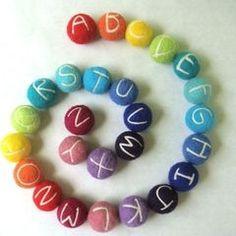 Alfabet op viltkralen. Wat een leuk idee! Kijk voor viltkralen eens op http://www.bijviltenzo.nl