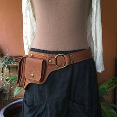 La ceinture utilitaire Hipster en cuir est conçue pour s'asseoir confortablement sur la hanche pour un accès rapide à tous vos essentiels. Ce sac de ceinture en cuir / fanny pack présente grand antique en laiton O anneaux et une boucle en laiton. Le sac de hanche a 2 poches avec