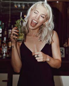 Sentirsi barman per un giorno: sotto la supervisione di esperti ho realizzato il mio primo Mojito...ovviamente il piu buono che io abbia mai bevuto!  @bacardi_italia #bacardimojito #bacardi #ad #soundofrum // #chiaralosh #girl #barman #bartender #blondegirl #blondehair #blonde #ehy #smile #happy #crazy #deink #party #milano #fashion #tonight #movida