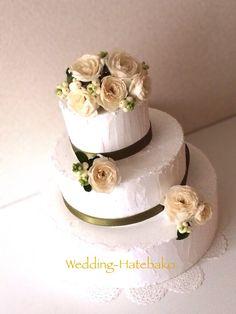 For an ornament 装飾用フェイクケーキ。 アイボリーのバラ アバランチェと、こっくりとしたグリーンのリボンで。