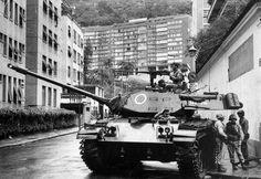 A ditadura militar no Brasil - Rio de Janeiro, 31 de março de 1964 Tanque do exército para próximo à casa do presidente deposto, João Goulart, nas Laranjeiras. O Golpe de 64 submeteu o Brasil a uma ditadura militar que durou até 1985