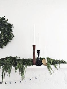 These 20 minimalist Christmas decor DIYs are perfect for bringing some holiday decorations into your home without feeling like Christmas exploded in your living room in a frenzy of glitter and pine needles. Diy Christmas Mantel, Decoration Christmas, Merry Little Christmas, Noel Christmas, Scandinavian Christmas, Decoration Table, Xmas Decorations, Christmas Tables, Modern Christmas Decor