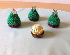 A hand-knitted and decorated Christmas tree to cover a Ferrero Rocher chocolate - Baby Stuff and Crafts Knitted Christmas Decorations, Handmade Christmas Crafts, Crochet Christmas Trees, Christmas Knitting Patterns, Knitting Patterns Free, Christmas Tree Ornaments, Hand Knitting, Free Pattern, Christmas Tree Chocolates