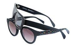 Okulary przeciwsłoneczne strworzone wspólnie z holenderskim kolektywem artystycznym LEYP. Trzy fasony w czterech kolorach. Każdy model został stworzony w ilości zaledwie 80 sztuk. Okulary są kompilacją konwencjonalnego designu i odważnych, przykuwających wzrok, kolorowych grafik.