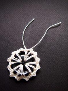 omⒶ KOPPA: Nappikukka - OHJE Button Flowers, Crochet Necklace, Earrings, Handmade, Tutorial Crochet, Jewlery, Projects, Blog, Tejidos