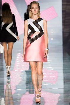 Versace inoltre riprende il motivo dei disegni geometrici