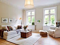 Blog - 30 inspirations #déco pour votre #salon > ♡ On aime : L'esprit maison de #campagne : du blanc, des meubles #chinés en matériaux #brut ✐ On retient :  Les #cadres alignés vers le bas du mur
