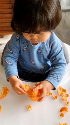 This Peeling Oranges Fine Motor Skills Activity For Babies and Toddlers is a fun way for them to practice fine motor coordination. Toddler Fine Motor Activities, Baby Learning Activities, Infant Sensory Activities, Baby Sensory Play, Nursery Activities, Motor Skills Activities, Activities For Babies Under One, Fine Motor Skills, Motor Coordination