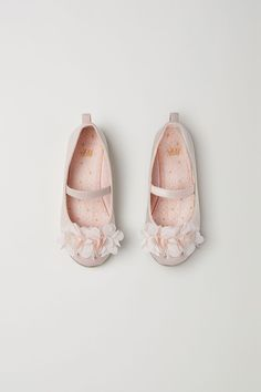 Patent ballet flats with decorative flowers. Grosgrain trim around upper edge and an elastic strap over foot. Fabric lining, fabric insoles, and H&m Shoes, Baby Shoes, Dance Shoes, H&m Fashion, Fashion Online, I Lak, Cherry Flower, Kids Lighting, Pink Kids
