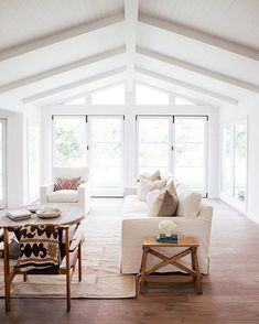 living room inspiration Large living room with lots of natural light, white walls, and wood floors Coastal Living Rooms, Home Living Room, Living Room Designs, Living Room Furniture, Living Room Decor, Living Spaces, Casa Pizza, White Beams, White Wood