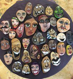 FaceRocks by Munch - Salvabrani Stone Art Painting, Pebble Painting, Pebble Art, Rock Painting Ideas Easy, Rock Painting Designs, Stone Crafts, Rock Crafts, Hand Painted Rocks, Shell Art