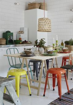 Hoy os muestro una serie de comedores con sillas de diferentes modelos y colores .  Además de crear un comedor actual, alegre, divertido...