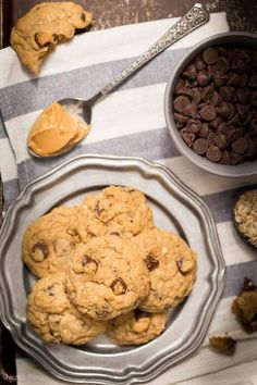 If you're in the mood to bake easy peanut butter cookies, you're in luck! These Peanut Butter Oatmeal Chocolate Chip Cookies have a super soft texture plus some nuttiness from the oats. Easy Peanut Butter Cookies, Peanut Butter Oatmeal, Oatmeal Chocolate Chip Cookies, Freezable Cookies, Freezer Cookies, Cookie Recipes, Dessert Recipes, Baking Desserts, Snacks Recipes